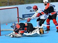Jihlavští hokejbalisté (v bílém) mají po víkendu účast ve čtvrtfinále I. ligy jistou.
