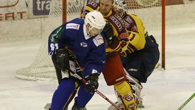 Brněnského útočníka Michala Šúrka (v modrém) si vyhlédlo jihlavské vedení jako jednu z možných posil pro příští sezonu.