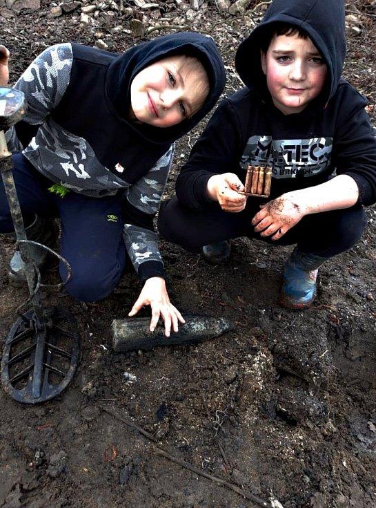 V Bobrůvce ležela munici na břehu částečně vypuštěného rybníka. Našli jej Štěpán Pancner (vlevo) a Daniel Červenka (vpravo).