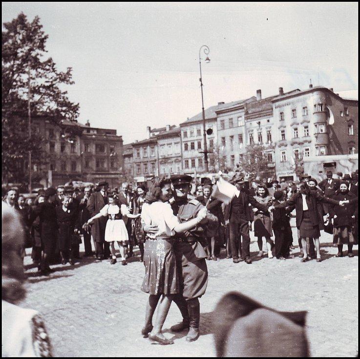 Je po válce. Důstojník Rudé armády tančí na náměstí s Jihlavankou a zvědavcům kolem se to zjevně líbí. Reprofoto: archiv Stanislava Jelínka