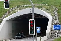 Zavřeno. V úterý v osm hodin ráno se uzavře frekventovaný Jihlavský tunel. Průjezdný by měl být opět ve čtvrtek od čtyř hodin odpoledne. Řidiči budou muset na objízdné trasy.