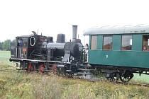 Jeden z posledních parních vlaků na trati mezi Polnou a Dobronínem těsně před přejezdem na jihlavské silnici. Souprava s obráceně připojenou lokomotivou  míří do Dobronína.