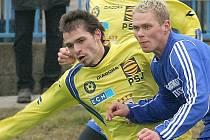 Obránce Michal Vepřek (ve žlutém) se do hanácké metropole vrátil v dresu Jihlavy. Vysočině se ale zápas na HFK Olomouc výsledkově nevydařil. Prohrála tam 0:1.