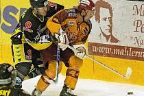 Jihlavští hokejisté ve druhé třetině utkání s Kadaní dostali během čtyř minut čtyři góly. Ty rozhodly o výhře Kadaně, a prohloubily tak jihlavskou krizi. Červenožlutí totiž prohráli už šest domácích utkání v řadě.