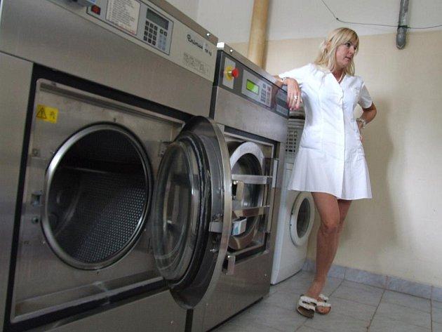 Aby majitelka prádelny Dana Štěpničková (na snímku) splnila požadavky svých zákazníků, musí mít pračky nejrůznějších technologií.
