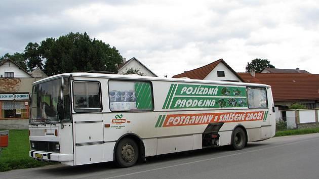 """Pojízdná prodejna Jednoty Třešť přijela na svoji včerejší druhou """"štaci"""" v Čenkově u Třeště před osmou hodinou. Řidič z levého boku karosy vysunul a spustil elektrocentrálu na dochlazování lednic uvnitř."""