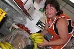 Prodavačka Miroslava Cirhanová vybaluje banány. Její ochotu oceňují zvlášť lidé v letech.