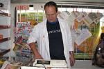 Řidič Aleš Musil se dovede postavit k pokladně stejně jako k nakládání potravin před rozvozem.