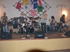 Členové kapely Rozvalenej diferák se znají již roky. Většina z nich totiž bydlí  kolem Opatova u Jihlavy, kde také skupina zkouší. Hraje většinou na zábavách v okolních vesnicích nebo třeba i na oslavách narozenin.