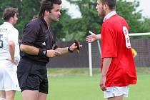 Ledečský záložník Petr Janů diskutuje s rozhodčím Karlem Pojezným. Zato si také po zásluze vysloužil žlutou kartu. Ledečského halva to však po zápase mrzet nemuselo.