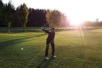 SKVĚLE UPRAVNÉ HŘIŠTĚ. V Golf Resortu Telč v době, kdy se hrát golf nemohl, upravovali ve větší míře travnaté plochy. Novinkou jsou i dva mostky