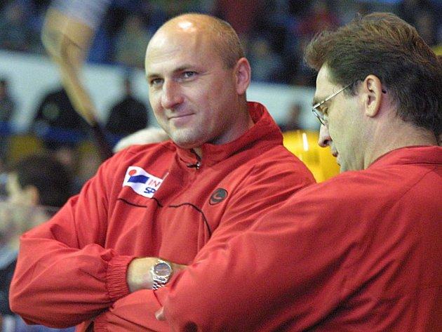 Hokejoví trenéři Petr Vlk (vlevo) a Petr Fiala budou stát znovu na stejné střídačce. Před třemi lety působili v Jihlavě, v příští sezoně povedou prvoligovou Olomouc.