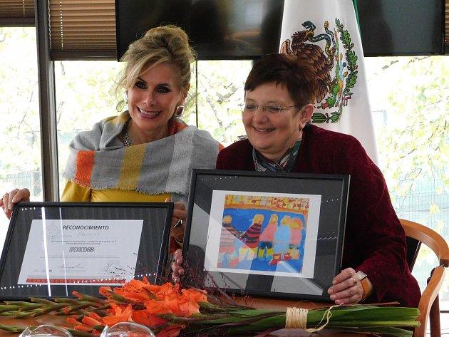 Mexické velvyslankyně Leonora Rueda a telčská rodačka Miloslava Žákovská (vpravo) se svou kresbou.