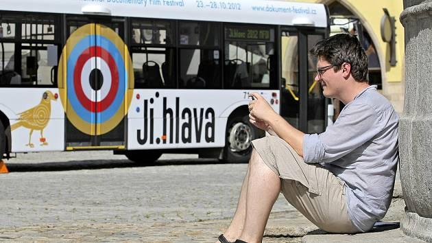Také letos bude na linkách jihlavské MHD jezdit trolejbus lákající na již šestnáctý Mezinárodní festival dokumentárních filmů Jihlava. Trolejbus představil ředitel festivalu Marek Hovorka (na snímku).