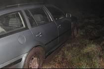 Devětadvacetiletý řidič u sebe měl cizí doklady, řídil kradené auto, se kterým uvízl na rozbahněné louce a snažil se ukrýt před policií.