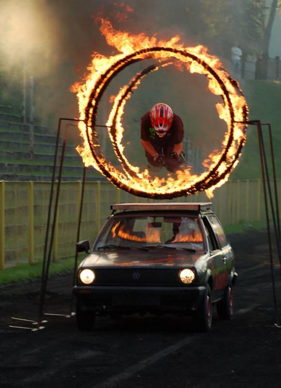 Exhibiční show s auty v Jihlavě.