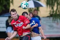 Fotbalisté Sapeli Polná (v červeném) se museli spokojit s bodem.