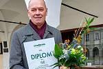 Místostarosta Pavel Komín s oceněním ze soutěže o Křišťálovou popelnici.