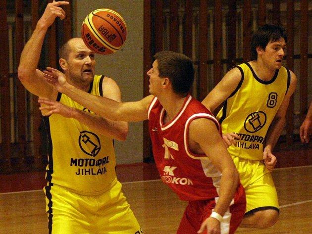 Vyhrát. Takový je cíl jihlavských basketbalistů (vlevo Pavel Tůma) v obou víkendových zápasech.
