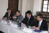 Zastupitelé kraje se zástupcem CzechInvestu (vlevo)