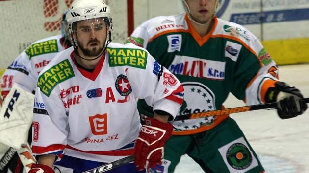 Do sestavy Horácké Slavie Třebíč se pro utkání s Mostem vrátil nejlepší střelec týmu Michal Oliverius (v bílém), ale na soupeře tentokrát nic nevymyslel.
