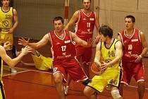 V obklíčení. Přesně tak by jihlavští basketbalisté (s číslem 14 Ondřej Schober) dopadli, kdyby o víkendu oba zápasy prohráli. Skoro by je obklíčila sestupová pohroma.