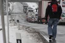 Včerejší kalamita přidělala starosti i řidičům, kteří sami na kritických místech neuvízli. Kvůli nehodě za Jihlavou ve směru na Pelhřimov stála kolona až na Žižkově ulici.