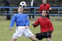 Fotbalisté divizního Žďáru (v modrém kapitán Daniel Bratršovský) mají letos obrovskou šanci postoupit do MSFL. A to i v případě, kdyby v průběhu jara opustili první příčku.
