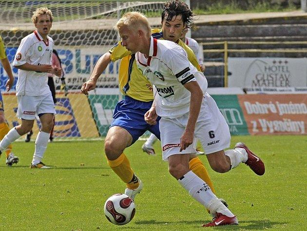 Rudolf Urban (vpozadí) si zahrál celý zápas za juniorku po bolu svého kolegy z áčka Michala Lovětínského. I přesto rezerva FC Vysočina podlehla zlínskému béčku 0:2.