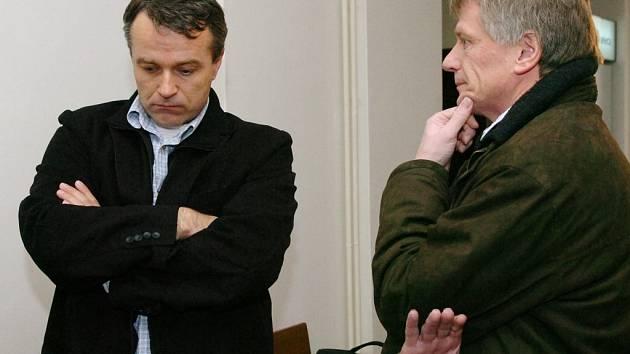 Před Krajským soudem v Hradci Králové vypovídali také hematologové Peter Salaj (vlevo) a Petr Cetkovský. Oba byli členy ministerské komise, která prověřovala podezřelá úmrtí v havlíčkobrodské nemocnici.