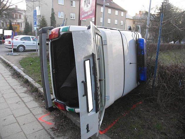 V jihlavské Fritzově ulici si předjíždějícího policejního vozu se zapnutým majákem nevšiml šofér fordu, odbočující vlevo. Policejní automobil po střetu vyjel mimo silnici, kde se převrátil na pravý bok a narazil do oplocení