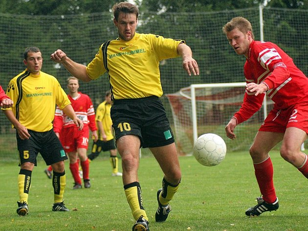 Stonařov (v červeném) na domácí scéně padl. Kouty využily zaváhání domácího gólmana a v nastavení rozhodly o šťastné výhře 2:1.