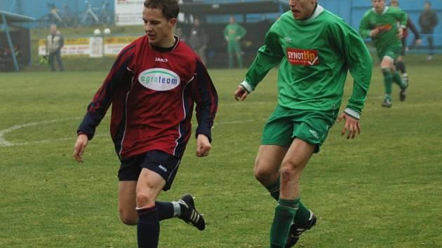 Fotbalisté Vrchoviny (v červeném Petr Michal) hrají v Havlíčkově Brodě (v zeleném Martin Pertl) existenční zápas. Vyhrají na půdě už jistého vítěze soutěže?