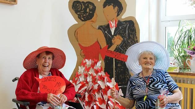 Klienti jihlavského domova pro seniory v Lesnově si užili Letní ples. Sami si na něj i připravovali občerstvení, tančili a dobře se bavili.