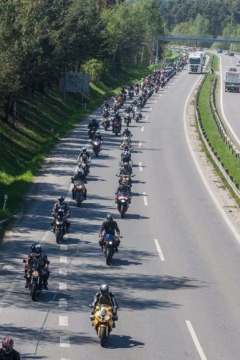 Motorkáři se rozloučili se zesnulým kolegou poslední jízdou.