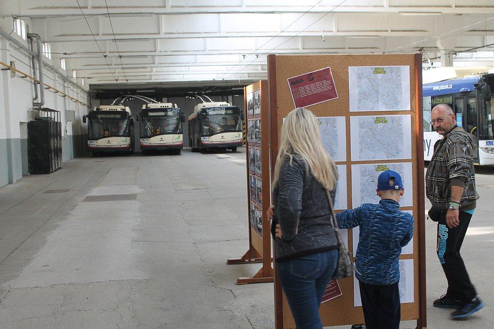V hale dopravního podniku byly panely s mnoha zajímavostmi z historie.