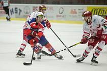 Třebíčští hokejisté (v červenomodrém) zakončili základní část duelem v Kolíně. Už ve čtvrtek vstoupí do předkola play-off.