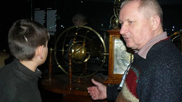 V expozici astronomie Národního technického muzea Praha obdivovali nedávno Vratislav Výborný s vnukem Danielem také soubor jedinečných astronomických přístrojů ze 16. až 20. století.