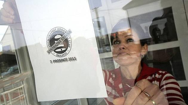 V Jihlavě stávkovala jenom ZŠ Jungmannova. Informační plakátek ráno vyvěsila na dveře školy učitelka Ivana Málková (na snímku). Děti si díky stávce mohly o chvíli přispat, vyučování totiž začalo až v devět hodin.