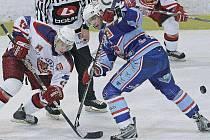 Hokejisty Havlíčkova Brodu (vlevo útočník Miroslav Holec) dnes čeká náročný úkol – na severu Čech se podruhé v letošní sezoně pokusí vyzrát na jednoho z hlavních favoritů první ligy, mužstvo Chomutova (v modrém dresu forvard Milan Kraft).