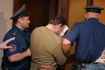 O osobu Petra Zelenky, údajného vraha z havlíčkobrodské nemocnice, byl mezi novináři obrovský zájem. Do soudní síně v doprovodu eskorty proklouzl za jejich zády jen díky tomu, že pozornost žurnalistů na sebe strhl jeho otec Bohumil Zelenka.