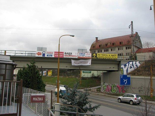 Pro prezentaci svého sdělení si neznámí aktivisté vybrali železniční most