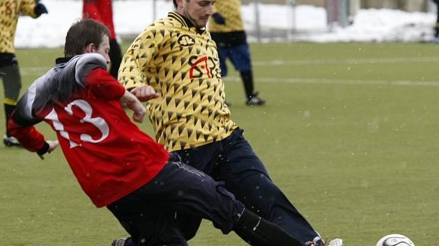 Janovice sestřelily Kouty 6:2. Jedním gólem se na jasné výhře podílel i Milan Špendlíček (ve světlém).