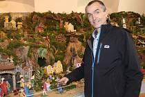 Předseda betlémářského spolku Pavel Brychta v expozici v Schumpeterově domě v Třešti.