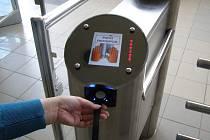 S plastovými kartami se do Vodního Ráje už návštěvníci nedostanou. Od zítřka pouze s čipovými náramky.