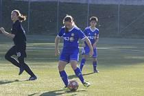 Jihlavské fotbalistky (v modrém) hrát nemohou, ale společně si alespoň zacvičí při on-line trénincích.