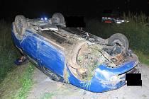 Opilý řidič nezvládl zatáčku mezi Rounkem a Rantířovem.