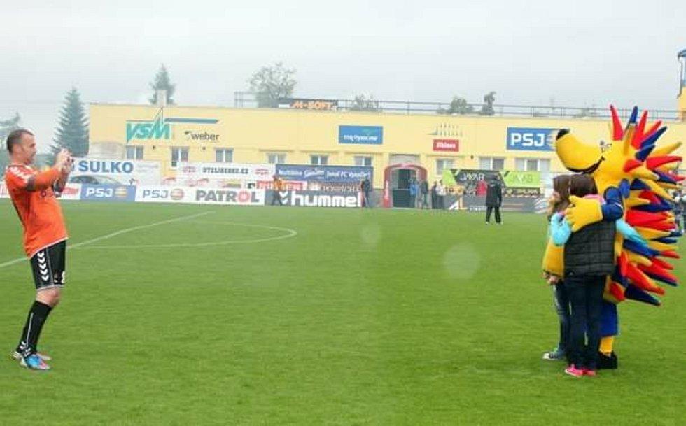Jaroslav Blažek zvěčňuje Ježuru a pár mladých fanynek FCV.