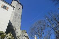 Za normálních okolností by se hrad Roštejn otevřel od dubna návštěvníkům, nyní musí stačit zábava v podhradí.