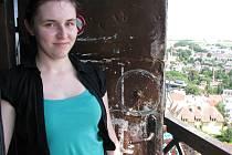 Zuzana Hosová si pohodovou brigádu na věži kostela svatého Jakuba Většího užívá. Střídá práci na ochozu věže, z níž je báječný výhled na Jihlavu, a čas strávený v zamřížované pokladně na úpatí kostela. Denně navštíví vyhlídku kolem osmdesáti lidí.
